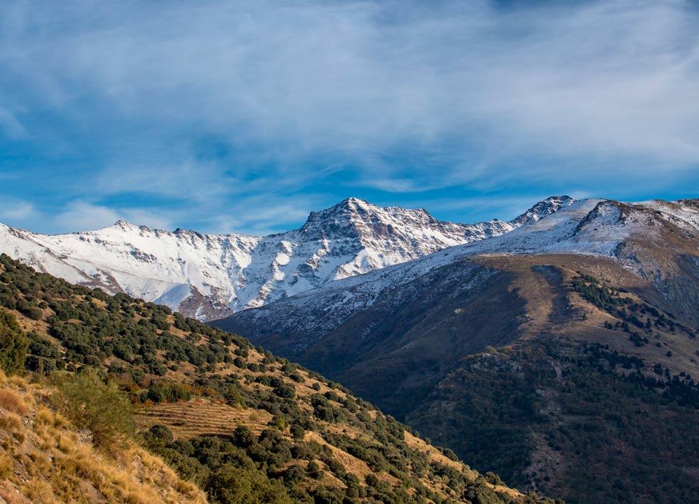 Uno de los destinos ideales para viajar en autocaravana es Sierra Nevada, con todas las posibilidades que nos brinda este paraje tanto en verano como en invierno.
