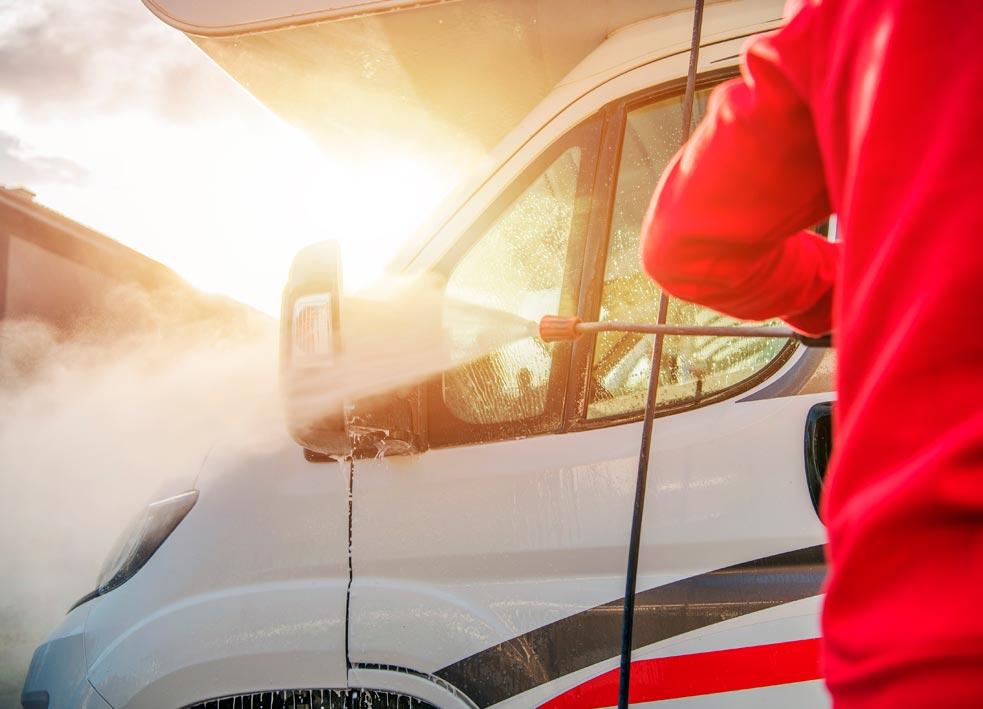 Operario encargado de llevar a cabo las medidas contra el covid para garantizar un viaje seguro a los clientes.